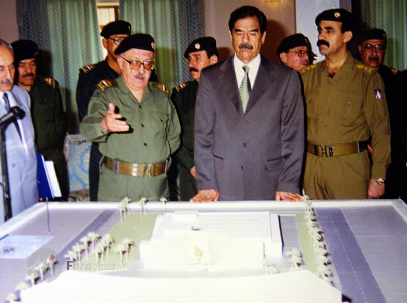 """طارق عزیز معاون نخست وزیر عراق در حال نشان دادن ماکت پناهگاه های """"الامیریه"""" در بغداد به صدام حسین دیکتاتور عراق. 3 سپتامبر 2001"""