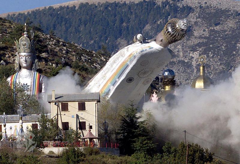 """انفجار کنترل شده پای مجسمه های غول پیکر فرقه """"آئومیست"""" در """"کاستلان"""" جنوب فرانسه. 6 سپتامبر 2001"""