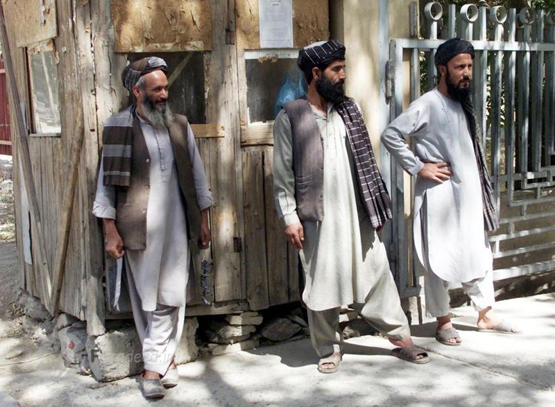 نیروهای محافظ طالبان در مقابل دیوان عالی افغانستان در کابل پس از برگزاری دادگاه 8 تبعه خارجی. 8 سپتامبر 2001