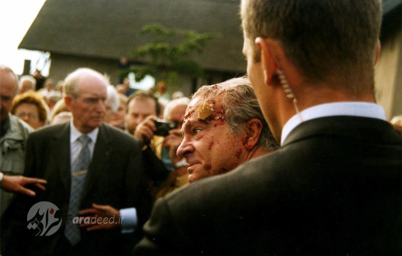 """پادشاه """"کارل گوستاو سوئد"""" در شهر """"واربرگ"""" پس از آنکه یک جوان مهاجم کیک توت فرنگی به سمت او پرتاب کرد. 5 سپتامبر 2001"""