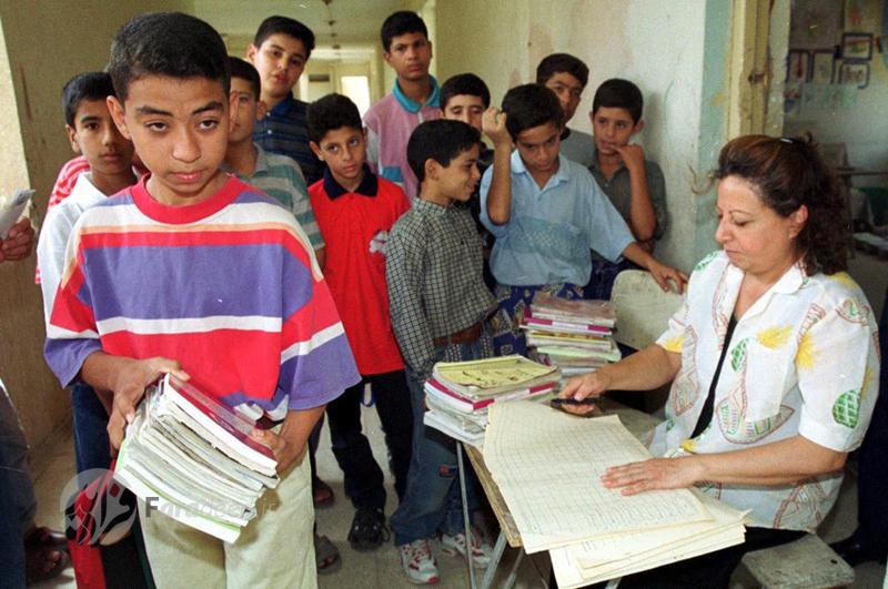 توزیع کتاب های درسی در بغداد همزمان با آغاز سال تحصیلی در عراق. 8 سپتامبر 2001