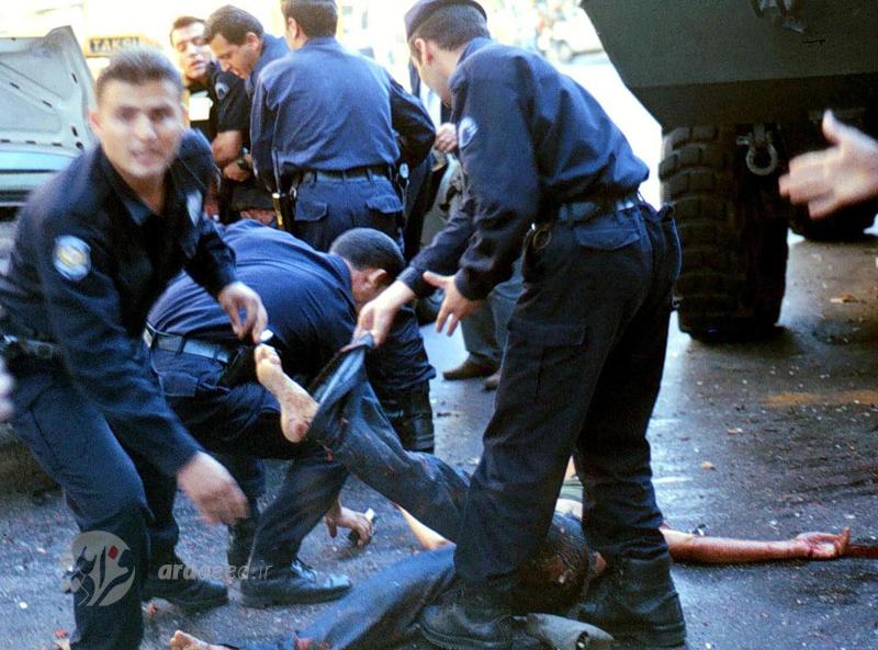 پلیس در حال کمک کردن به یکی از مجروحان انفجار بمب در مرکز پلیس استانبول ترکیه. 10 سپتامبر 2001